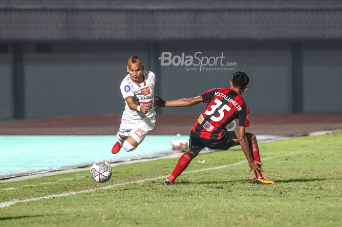 Pemain Persija, Riko Simanjuntak (kiri), berusaha melewati pilar Persipura Jayapura, Irsan Rahman Lestaluhu (kanan), dalam laga pekan ketiga Liga 1 2021 di Stadion Indomilk Arena, Tangerang, Banten, 19 September 2021.