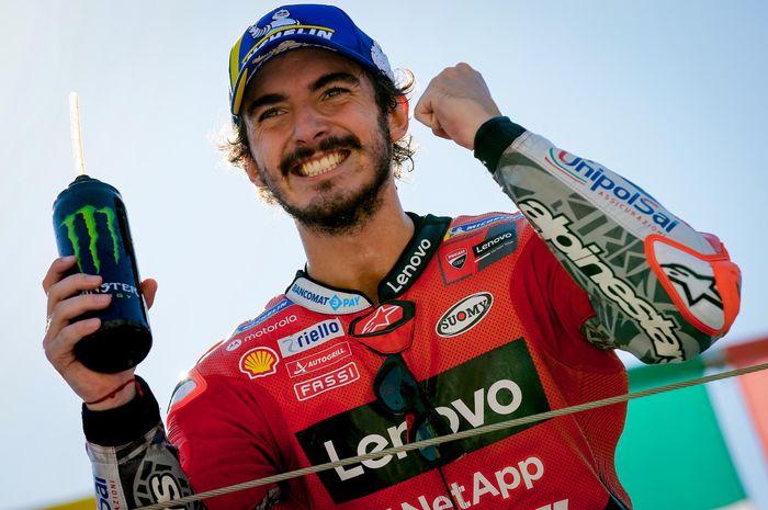 Pembalap Ducati, Francesco Bagnaia, berpose setelah sesi kualifikasi MotoGP San Marino 2021 di Sirkuit Misano, Sabtu (18/9/2021).