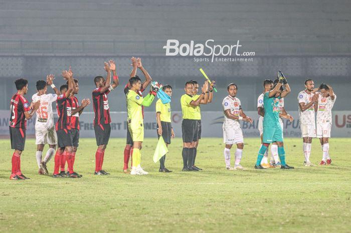 Para pemain Persija dan Persipura memberikan sambutan lewat tepuk tangan seusai bertanding dalam laga pekan ketiga Liga 1 2021 di Stadion Indomilk, Arena, Tangerang, Banten, 19 September 2021.