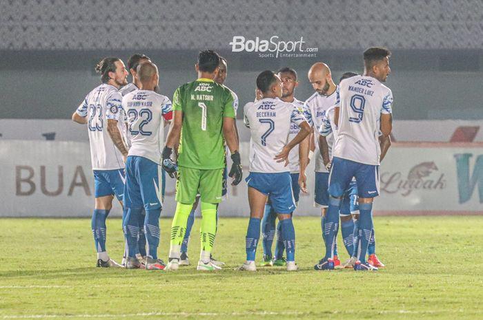 Skuat Persib Bandung sedang melakukan briefing dalam laga pekan ketiga Liga 1 2021 di Stadion Indomilk Arena, Tangerang, Banten, 18 September 2021.