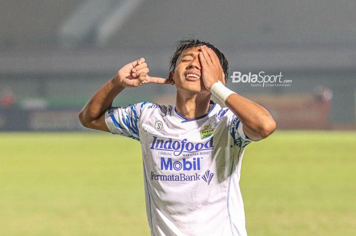 Gelandang Persib Bandung, Beckham Putra Nugraha, sedang melakukan selebrasi seusai mencetak gol dalam laga pekan ketiga Liga 1 2021 di Stadion Indomilk Arena, Tangerang, Banten, 18 September 2021.