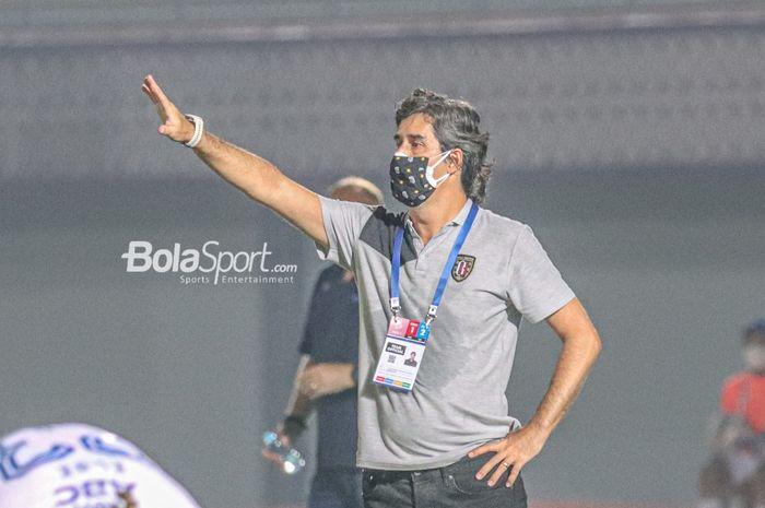 Pelatih Bali United, Stefano Cugurra alias Teco, sedang memberikan arahan kepada para pemainnya dalam laga pekan ketiga Liga 1 2021 di Stadion Indomilk Arena, Tangerang, Banten, 18 September 2021.