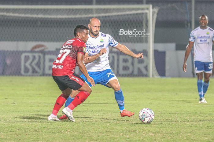 Gelandang Persib Bandung, Mohammed Rashid (kanan), sedang berebut bola dengan pemain Bali United, Eber Bessa (kiri), dalam laga pekan ketiga Liga 1 2021 di Stadion Indomilk Arena, Tangerang, Banten, 18 September 2021.