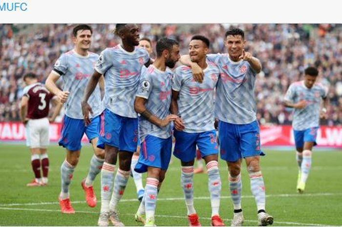 Gelandang Manchester United, Jesse Lingard. dipaksa melakukan selebrasi oleh Bruno Fernandes dan Cristiano Ronaldo kala mencetak gol ke gawang West Ham.