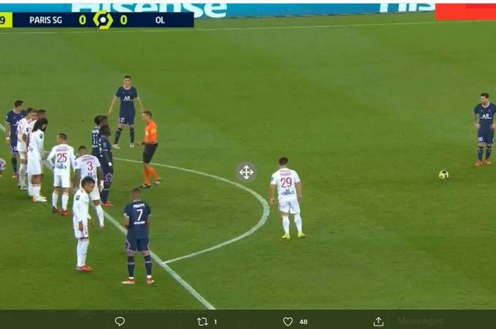 Momen Lionel Messi mengambil perekik dalam laga Paris Saint-Germain vs Olympique Lyon di Liga Prancis.