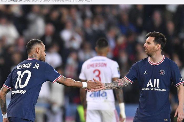 Megabintang Paris Saint-Germain, Lionel Messi, melakukan selebrasi bareng Neymar dalam laga Liga Prancis kontra Olympique Lyon di Stadion Parc des Princes, Minggu (19/9/2021).