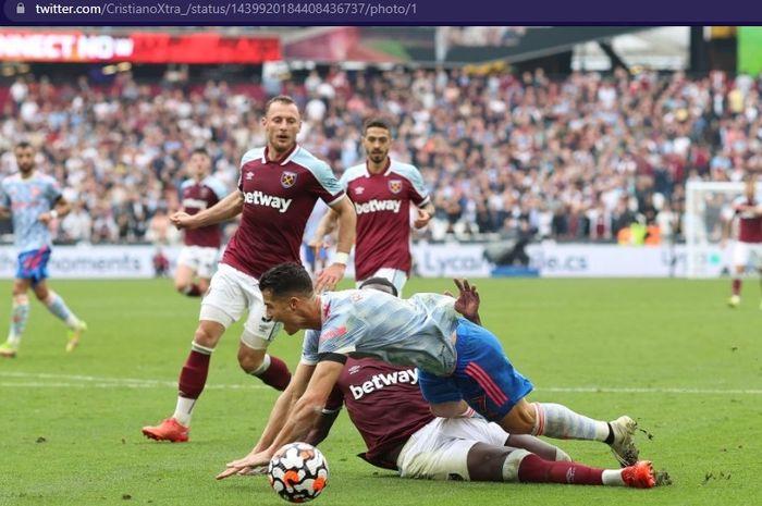 Megabintang Manchester United, Cristiano Ronaldo, tersungkur di dalam kotak penalti di laga kontra West Ham.