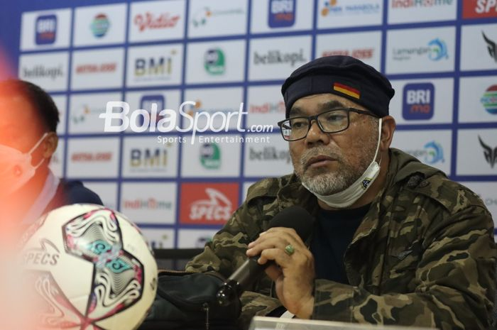 Pelatih Persela Lamongan, Iwan Setiawan, sedang memberikan keterangan kepada awak media secara virtual seusai laga pekan ketiga Liga 1 2021 di Stadion Pakansari, Bogor, Jawa Barat, 17 September 2021.
