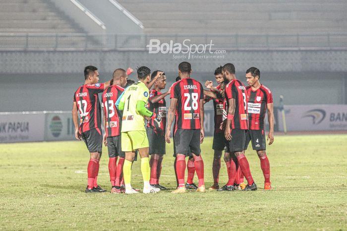 Skuat Persipura Jayapura sedang melakukan briefing dalam laga pekan ketiga Liga 1 2021 di Stadion Indomilk Arena, Tangerang, Banten, 19 September 2021.