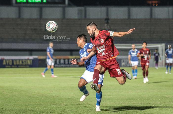 Bek Borneo FC, Javlon Guseynov (kanan), sedang menyundul bola yang menghampiri pemain Persib Bandung, Beckham Putra Nugraha (kiri), dalam laga pekan keempat Liga 1 2021 di Stadion Indomilk Arena, Tangerang, Banten, 23 September 2021.
