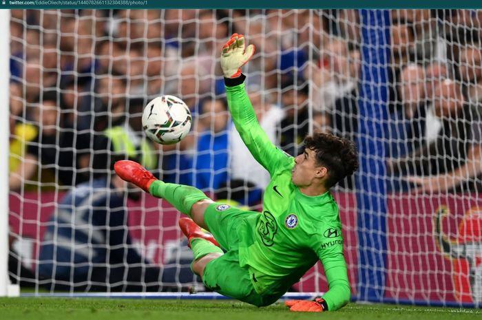 Momen Kepa Arrizabalaga menepis tendangan penalti dalam laga Piala Liga Inggris (Carabao Cup) 2021-2022.