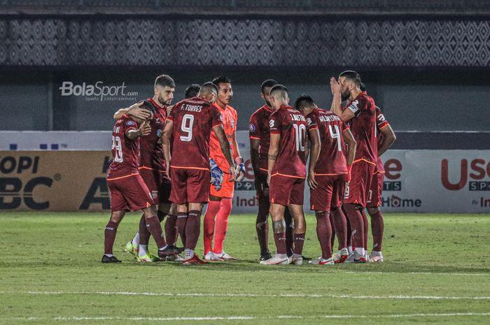 Skuat Borneo FC sedang melakukan briefing dalam laga pekan keempat Liga 1 2021 di Stadion Indomilk Arena, Tangerang, Banten, 23 September 2021.
