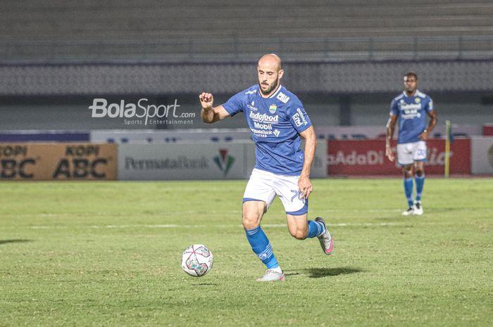 Gelandang Persib Bandung, Mohammed Rashid, sedang menguasai bola dalam laga pekan keempat Liga 1 2021 di Stadion Indomilk Arena, Tangerang, Banten, 23 September 2021.
