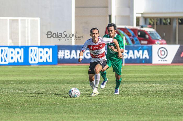 Slamet Nurcahyo tengah menggiring bola kala melawan PSS Sleman di Stadion Madya, Senayan, Jakarta Pusat, Sabtu (25/9/2021).
