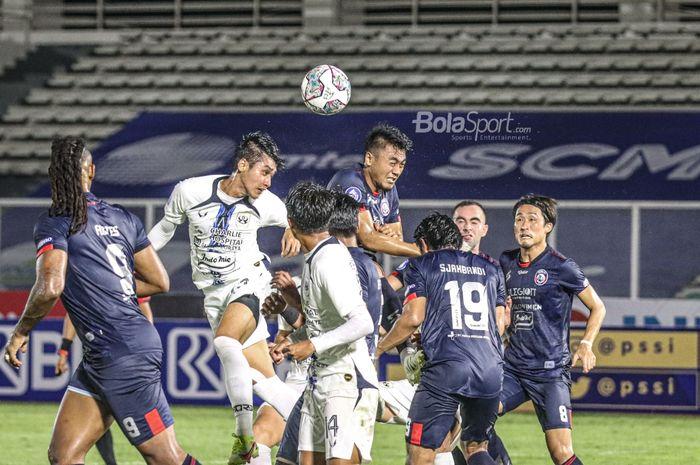 Arema FC melawan PSIS Semarang dalam laga pekan keempat Liga 1 2021 yang berlangsung di Stadion Madya, Senayan, Komplek Gelora Bung Karno (GBK), Jakarta Pusat, Sabtu (25/9/2021).