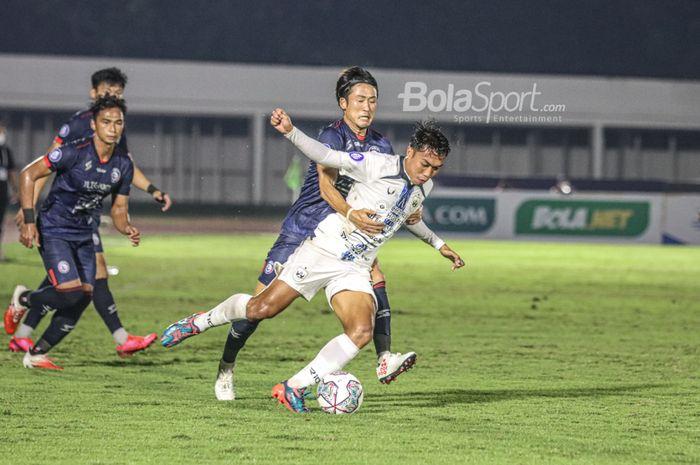 Pemain PSIS Semarang, Riyan Ardiansyah (kanan), sedang menguasai bola dan dijaga ketat oleh pilar Arema FC, Renshi Yamaguchi (kiri), dalam laga pekan keempat Liga 1 2021 di Stadion Madya, Senayan, Jakarta, 25 September 2021.