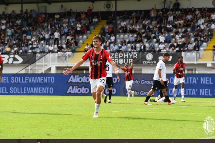 Anak Paolo Maldini, Daniel Maldini, merayakan gol yang dicetaknya dalam laga AC Milan melawan Spezia di pekan ke-6 Liga Italia, Sabtu (25/9/2021) di Stadion Alberto Picco.