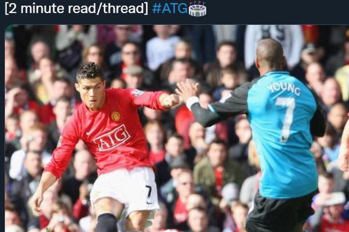 Cristiano Ronaldo dan Ashley Young saat berduel dalam partai Manchester United vs Aston Villa.