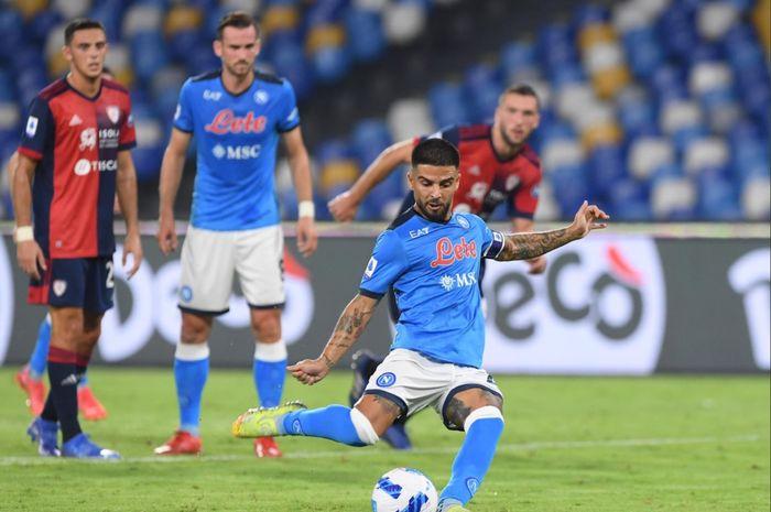 Lorenzo Insigne mengambil tendangan penalti dalam kemenangan Napoli atas Cagliari pada pekan keenam Liga Italia 2021-2022.