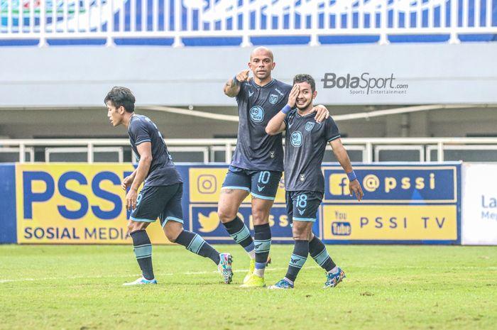 Striker Persela Lamongan, Ivan Carlos (tengah), sedang ikut merayakan gol rekannya, Gian Zola (kanan), dalam laga pekan kelima Liga 1 2021 di Stadion Pakansari, Bogor, Jawa Barat, 28 September 2021.