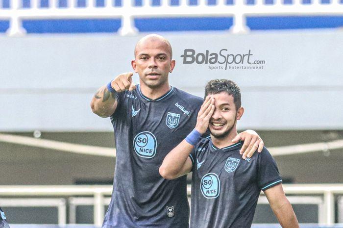 Striker Persela Lamongan, Ivan Carlos (kiri), ikut merayakan selebrasi rekannya, Gian Zola, seusai mencetak gol dalam laga pekan kelima Liga 1 2021 di Stadion Pakansari, Bogor, Jawa Barat, 28 September 2021.