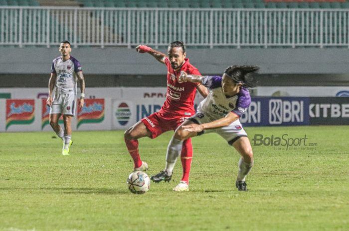 Gelandang Persita Tangerang, Bae Sin-yeong (kanan), sedang berebut bola dengan pemain Persija Jakarta, Rohit Chand (kiri), dalam laga pekan kelima Liga 1 2021 di Stadion Pakansari, Bogor, Jawa Barat, 28 September 2021.