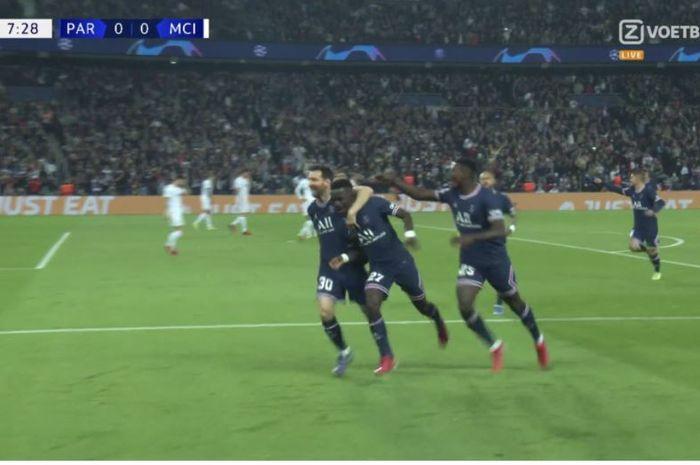 Selebrasi Idrisa Gueye usai mencetak gol dalam laga PSG vs Manchester City dalam laga lanjutan fase grup A Liga Champions musim 2021-2022, di Stadion Parc des Princes, Rabu (29/9/2021) pukul 02.00 WIB.