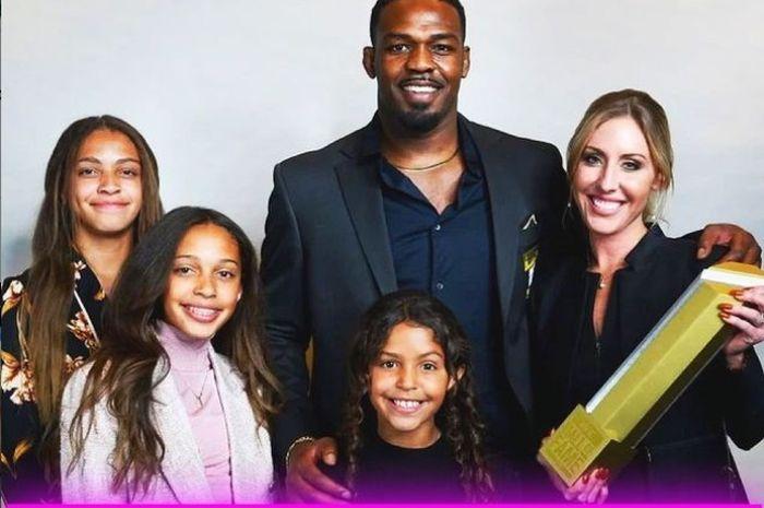 Jon Jones bersama tunangan dan tiga anaknya.