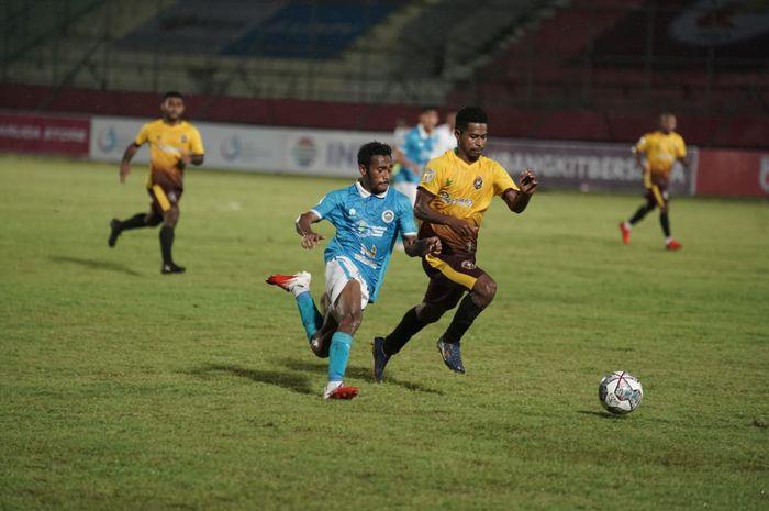 Pertandingan Sulut United (biru) melawan Persewar di Liga 2 2021.
