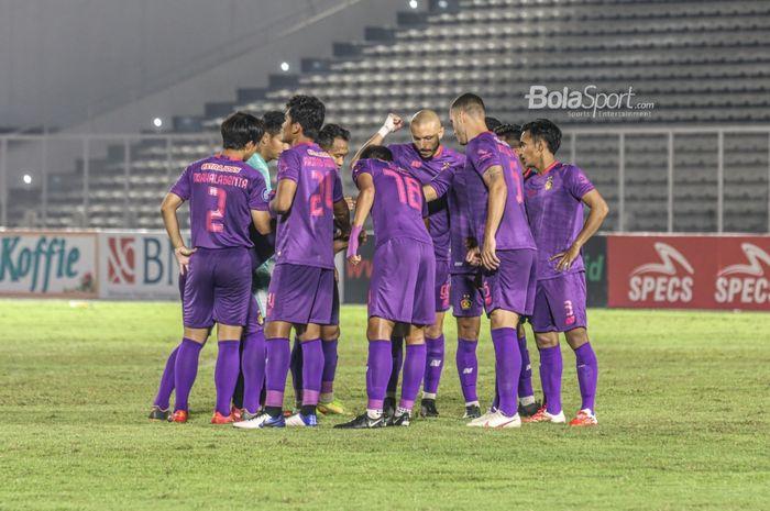 Skuat Persik Kediri nampak sedang melakulan briefing dalam laga pekan kelima Liga 1 2021 di Stadion Madya, Senayan, Jakarta, 29 September 2021.