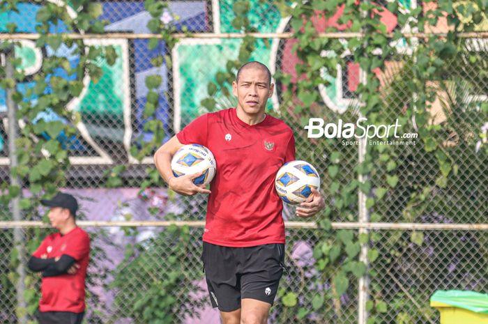 Asisten pelatih timnas Indonesia, Nova Arianto, sedang menyiapkan menu latihan para pemainnya di Lapangan G (Panahan), Senayan, Jakarta, 2 Oktober 2021.