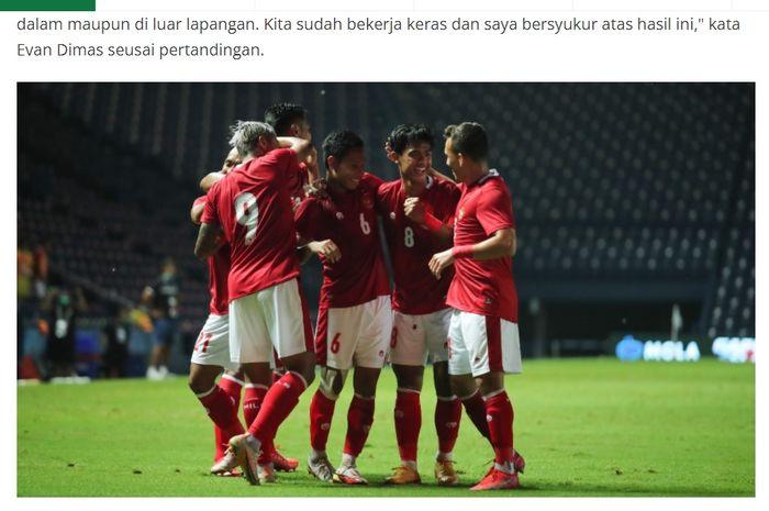 Evan Dimas diapit rekan-rekannya di Timnas Indonesia kala merayakan gol ke gawang Timnas Taiwan.