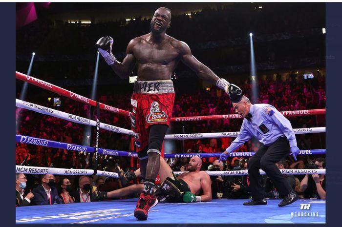 Momen saat Deontay Wilder menjatuhkan Tyson Fury saat bertarung untuk ketiga kalinya di T-Mobile Arena, Las Vegas, Nevada, Amerika Serikat, Minggu (10/10/2021).