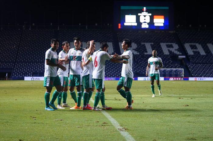 Pemain timnas Indonesia tengah merayakan gol di babak pertama melawan Taiwan pada laga play-off Piala Asia 2022 di di Stadion Chang Arena Buriram, Thailand, Senin (11/10/2021).