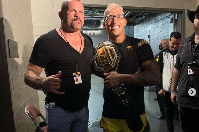 Chuck Liddell berpose dengan juara kelas ringan UFC, Charles Oliveira.