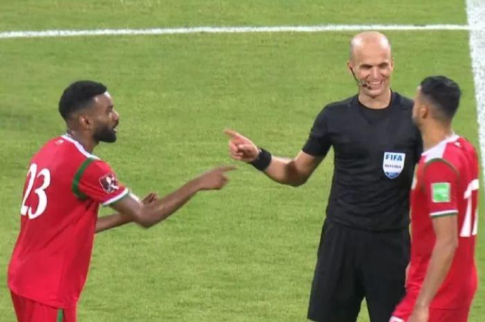 Wasit Adham Makhadmeh dari Yordania berbincang sambil tertawa dengan pemain Oman. Oman menghajar Timnas Vietnam 3-1.