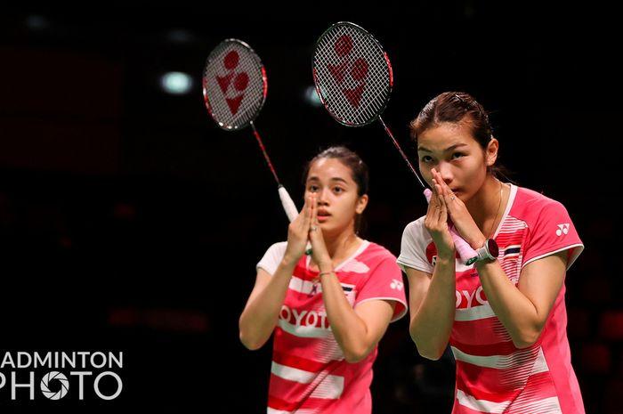 Pasangan ganda putri Thailand, Jongkolphan Kititharakul/Rawinda Prajongjai, melakukan tanda penghormatan usai menjalani pertandingan Uber Cup 2020 di Ceres Arena, Aarhus, Denmark.