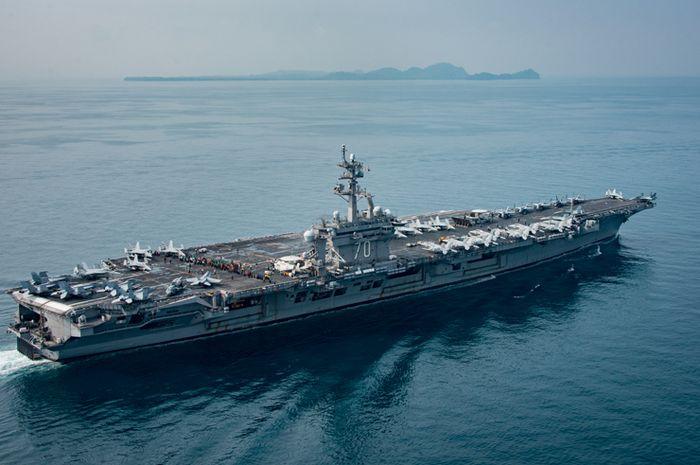 Kapal perang Amerika Serikat USS Carl Vinson (CVN 70) sedang berlayar di Selat Sunda pada 15 April 2017.