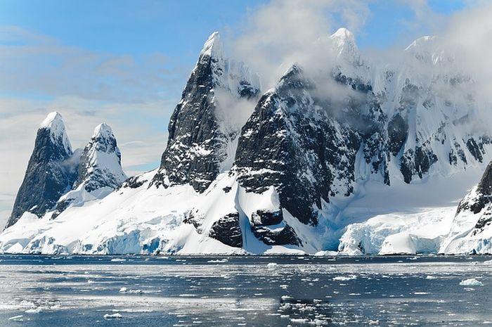 Pegunungan di Antartika berselimut salju