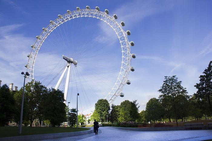 London Eye yang terletak di London, Inggris ini tingginya 135 meter.
