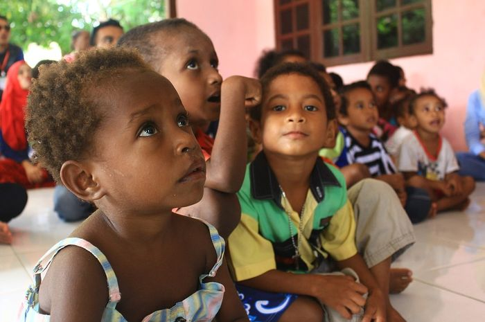 Lagu dari Papua ini memiliki irama yang riang, tapi sebenarnya artinya sedih.