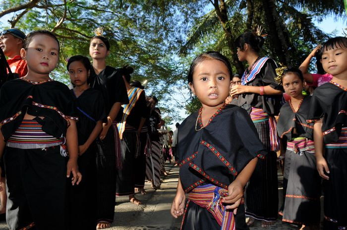 Anak perempuan Suku Sasak tampak cantik mengenakan pakaian tradisional baju lambung.