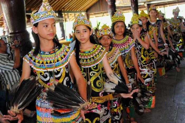 Pakaian Tradisional Orang Dayak, Penuh Warna