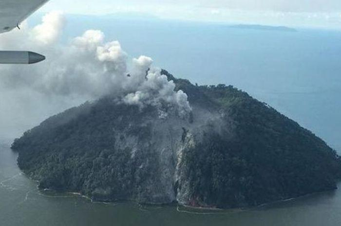 Gunung berapi di Pulau Kadovar ini mulai erupsi