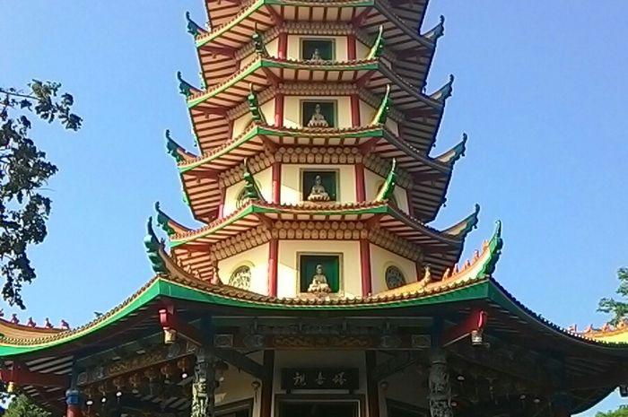 Bangunan setinggi 45 meter ini dinobatkan sebagai pagoda tertinggi di Indonesia.