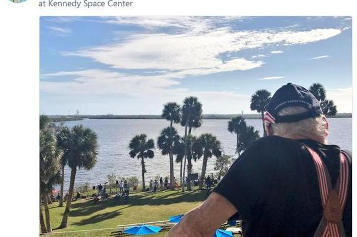 Buzz Aldrin menyaksikan peluncuran roket yang bersejarah