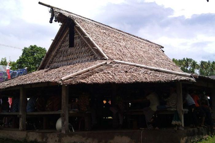 Rumah adat Sasadu biasanya digunakan sebagai tempat berkumpulnya warga.