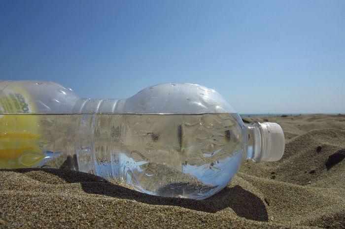 Hindari menaruh botol plastik di bawah sinar matahari langsung