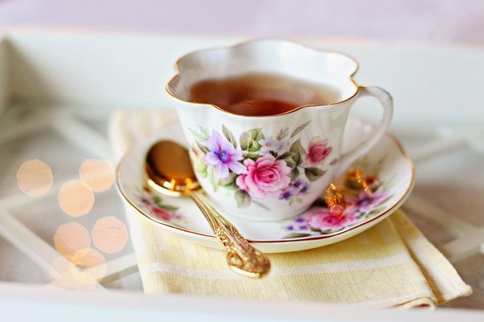 Sebaiknya teh diseduh di gelas atau wadah lain yang berbahan keramik.