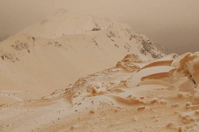 Pasir terbawa oleh angin lalu bercampur dengan salju dan hujan yang turun.